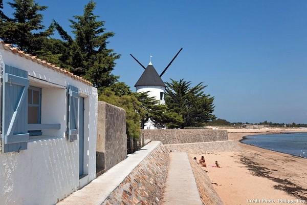 Les maisons sont dans leur immense majorité de taille raisonnable, respectant code couleurs et architecture locale.@Vendée-Tourisme.com