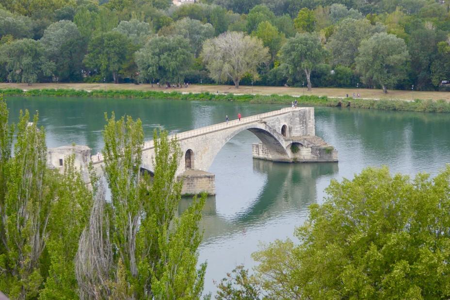 Du pont mythique d'Avignon construit au XIIè siècle ne restent que 4 arches @ C. Gary