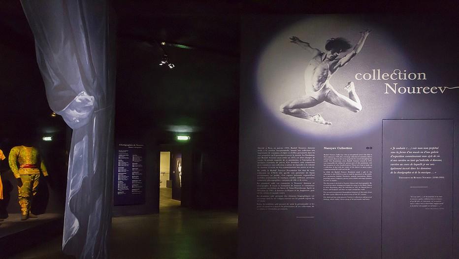 La scénographie de l'Espace a été réalisée par Ezio Frigerio, assisté de Guiliano Spinelli. Ami proche du chorégraphe, Ezio Frigerio a travaillé avec Noureev sur Le Lac des cygnes, Roméo et Juliette, La Bayadère et La Belle au bois dormant. (Photo CNCS)