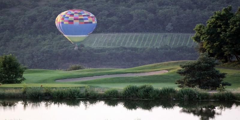 Envolée de montgolfière au-dessus du terrain de golf de Karlstein (Crédit Photo David Raynal)