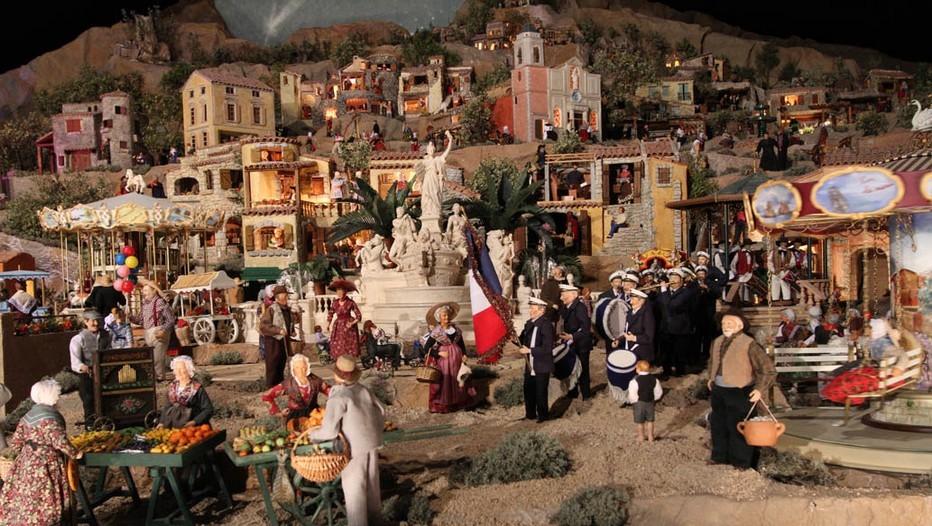 Marché de Noël en Provence animé par les célèbres santons. Les santons de Provence sont de petites figurines en argile, très colorées. (Crédit photo DR)