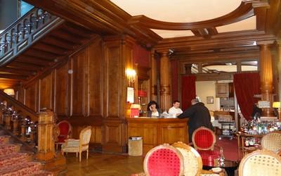 """Hall d'accueil du restaurant gastronomique """" Les Ducs de Lorraine """" à Epinal . Ce restaurant étant installé dans une demeure néo-classique façon Tudor, style manoir d'outre-Manche (crédit photo Bertrand Munier)"""