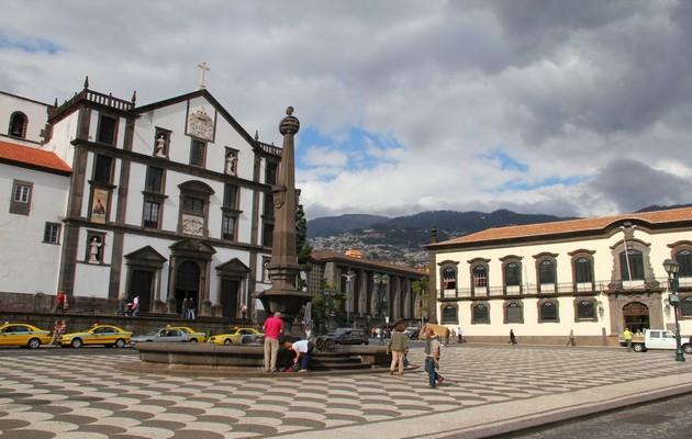 Funchal, PLace de la mairie. Au fond l'église Saint Jean l'Evangeliste et á droite le tribunal.(Crédit Photo André Degon)