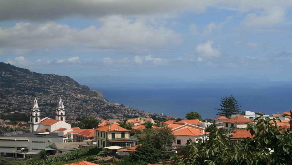 Vue sur Funchal capitale de l'île de Madère avec au loin les silhouettes des îles Desertas. (Crédit photo Voyage la Parenthèse)