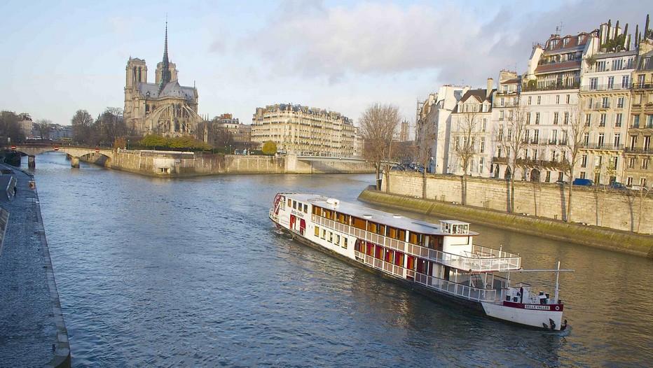 Transformé en bateau à roue en 1988, le « Belle Vallée » a été conçu selon les plans des plus beaux  bateaux de la fin du XIXe siècle (Crédit photo Compagnie des Bateaux de Paris)
