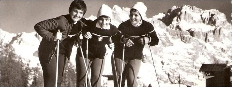 de Gauche à droite Marguerite,Thérèse et Anne-Marie Leduc. Ces trois sœurs, événement sans précédent  dans le ski mondial, furent réunies sous le même maillot national (Crédit photo collection Marguerite Leduc)