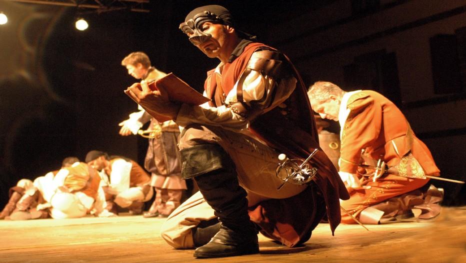 Les comédiens du spectacle Cyrano de Bergerac,  actuellement au Théâtre Michel, dont Stéphane Dauch dans le rôle principal (C.Photo Théâtre Michel)