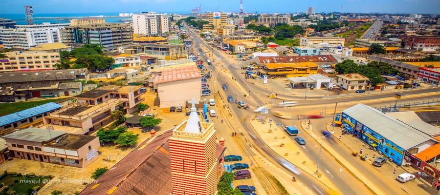 """Vue générale du centre de Cotonou (Capitale du Bénin) ou se déroule l'action du roman noir de l'écrivain Florent Coua-Zotti """" La Traque de la Musaraigne (Crédit photo Mayeul Akpovi)"""