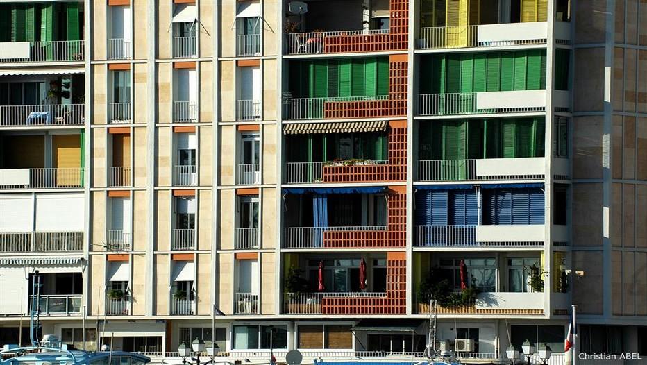 Telle une toile, les couleurs vives (bleu, orange, jaune et vert) égaient la façade de béton des immeubles de la Frontale à Toulon ( © Christian Abel)