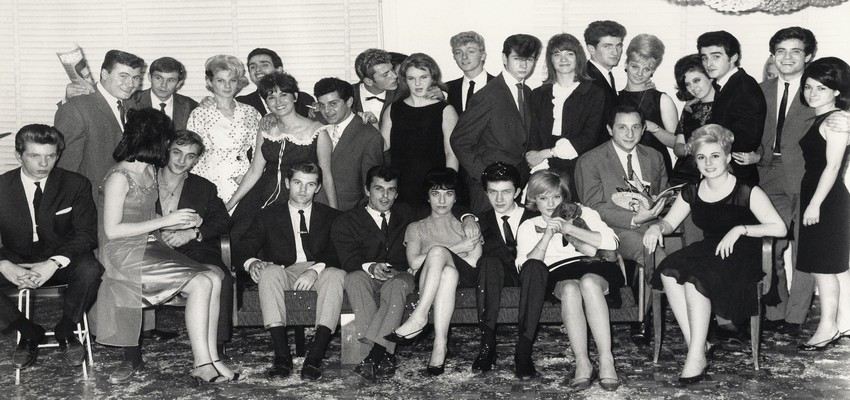 Le premier anniversaire du magazine « Disco Revue » est célébré dignement en 1962 par une kyrielle d'artistes. Ils entourent Jean-Claude Berthon. (Crédit photo : B. Lampard - J.L. Rancurel - Photothèque)