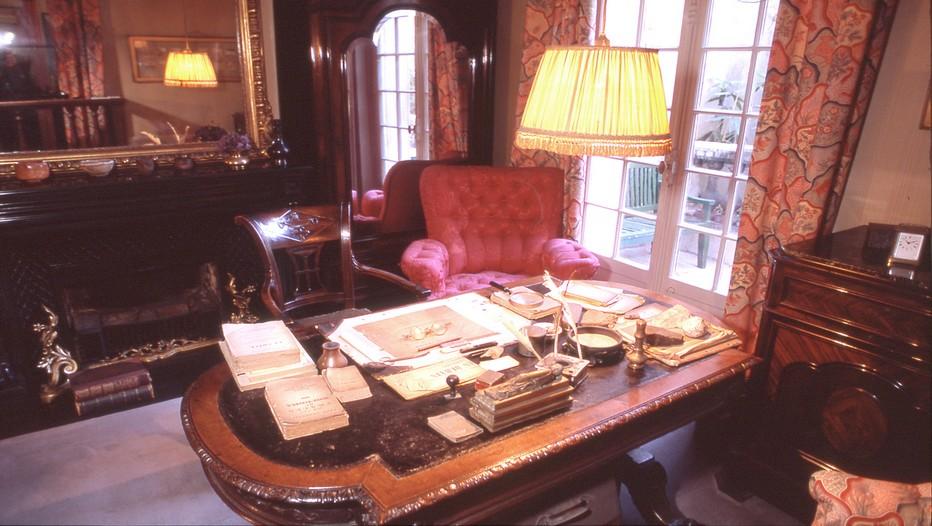 La table de travail dans la chambre de Clemenceau dans son appartement du seizième arrondissement à Paris devenu aujourd'hui un musée  (Crédit photo : S. Ageorges et musée Clemenceau AD)