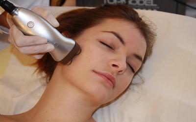 Une petite tête rotative équipée de 540 micro-aiguilles en titane dont le passage sur le visage stimule les cellules en profondeur et favorise l'application du sérum CosmeLed  (Crédit photo DR)