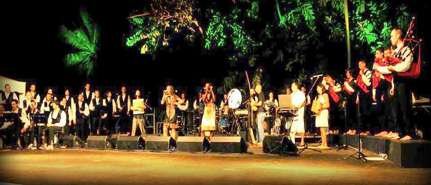 Kevrenn Alré (bagad et cercle de danse celtique d'Auray) au Breizh Kabar créé dans le cadre de la commémoration des 350 ans du peuplement de La Réunion, fêtée durant l'année 2013.(Crédit photo DR)