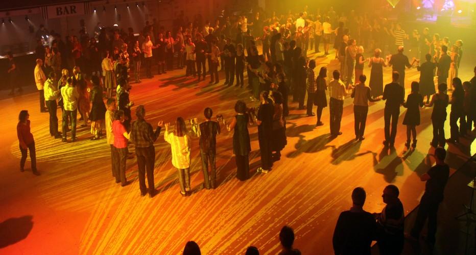 Le fest-noz est un rassemblement festif basé sur la pratique collective des danses traditionnelles de Bretagne, accompagnées de chants ou musiques instrumentales. (Crédit photo David Raynal)
