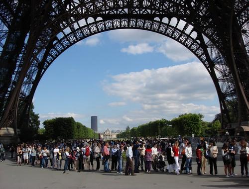 Longue queue de touristes aux pieds de la Tour Eiffel (Crédit photo Marie-Julie Gagnon -Taxi-brousse)