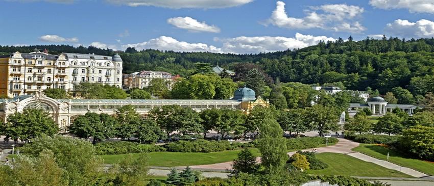 Marienbad est construite autour d'un grand parc boisé imaginé par le paysagiste Vaclav Skalnik, entouré d'immeubles imposants aux façades colorées rehaussées d'enluminures, de balcons et de bas-reliefs qui respirent la paix et la sérénité (Crédit photo Czechtourism.com)