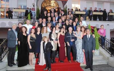 Image de famille pour le collectif des Bons Vivants devant leur hôtel vittellois. (Crédit photo DR)