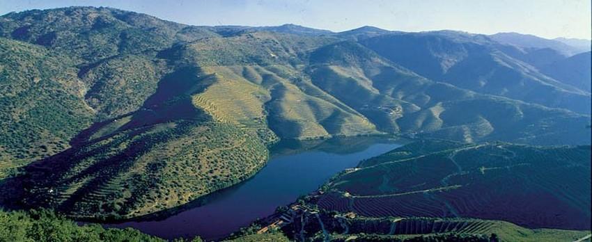 En train ou en bateau, il est facile de se rendre jusque dans la vallée du Douro, inscrite au Patrimoine mondial de l'Unesco (Crédit photo DR)