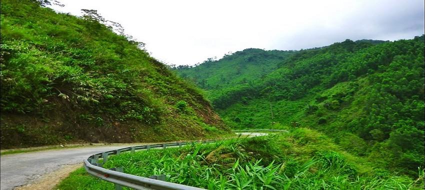 Les paysages verdoyants que traverse  l'ancienne piste Hô Chi Minh (Crédit photo DR)