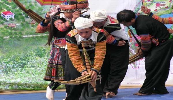 A la tombée de la nuit à Sapa un flutiste traditionnel donne un concert. Il serre ses flûtes de roseau dans un carquois, et chacune est d'une tonalité différente.( Crédit photo DR)