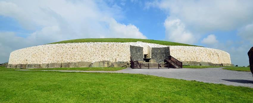 Newgrange est l'un des plus célèbres sites archéologiques d'Irlande, situé dans le Comté de Meath, au nord de Dublin. C'est un tumulus de 85 mètres de diamètre à l'intérieur duquel on atteint la chambre funéraire par un long passage couvert.(Crédit photo David Raynal)