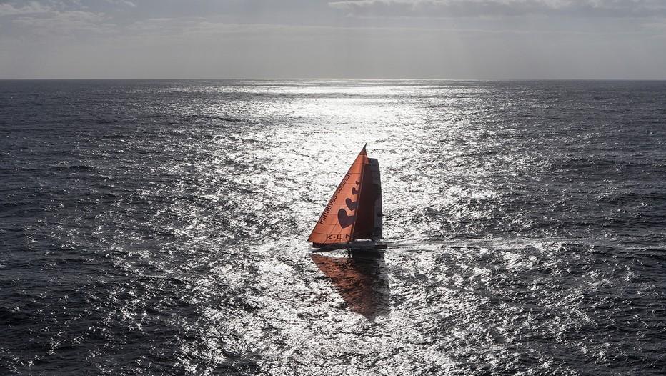 """Initiatives-Cœur a subi quelques modifications pour devenir plus compétitif. «"""" Ce bateau est plus dur que l'ancien explique Tanguy de Lamotte, mais il va plus vite… les efforts sont récompensés par la vitesse moyenne du bateau. Ce sont des sensations différentes, je suis hyper content d'avoir fait ma première Route du Rhum en catégorie monocoque 60 pieds, j'ai pris beaucoup de plaisir.""""  (Crédit photo Jean-Marie Liot)"""
