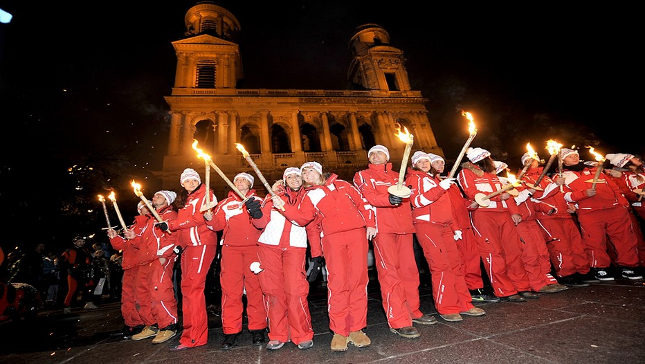 Comme chaque année  la fameuse descente aux flambeaux des moniteurs ESF.  (Crédit photo Vianney Thibaut)
