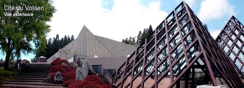 Située à la Plaine des Cafres, entre le massif du Piton des Neiges et celui du Piton de la Fournaise, la nouvelle Cité du Volcan a ouvert ses portes le 4 juillet dernier avec pour ambition d'accueillir 200 000 visiteurs par an. (Crédit photo - Cité du Volcan )-