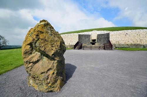 C'est  en 1962 qu'il commença à faire l'objet de grandes fouilles sous l'autorité du professeur M.J. O'Kelly. Après ses activités archéologiques, il dirigea la conservation et la restauration du monument.(Crédit photo David Raynal)