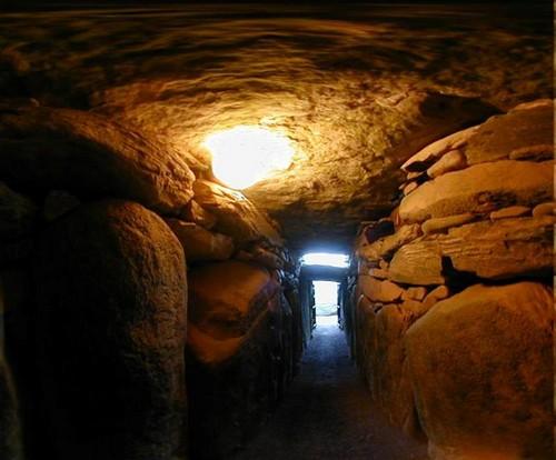 Chaque année un petit nombre de chanceux est tiré au sort pour participer à l'expérience mystique de la lumière solaire pénétrant dans la chambre mortuaire pour le solstice d'hiver. (Crédit photo DR)