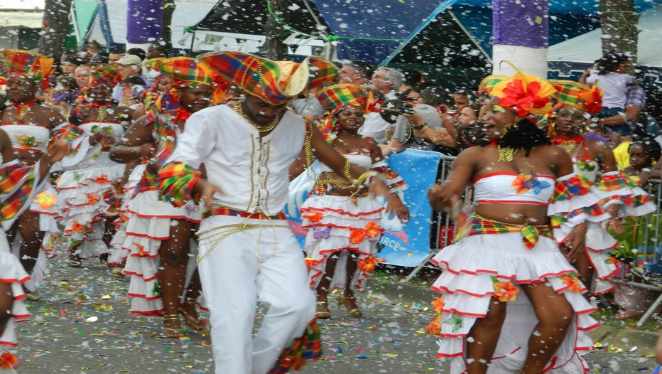 Le Carnaval désormais « populaire »  appartient  à la culture créole guyanaise mais fédère également les communautés métropolitaines, brésiliennes et asiatiques. (Crédit photo ad-ventures.fr)