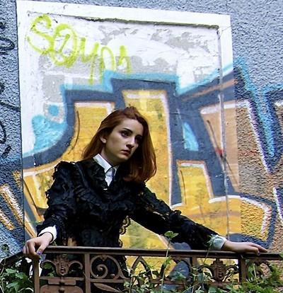 La comédienne Léa Sananes (Ilse) assure également avec une grande sensibilité la mise en scène de l'Eveil du Printemps du dramaturge allemand Frank Wedekind, (Crédit photo Mark Alberts)