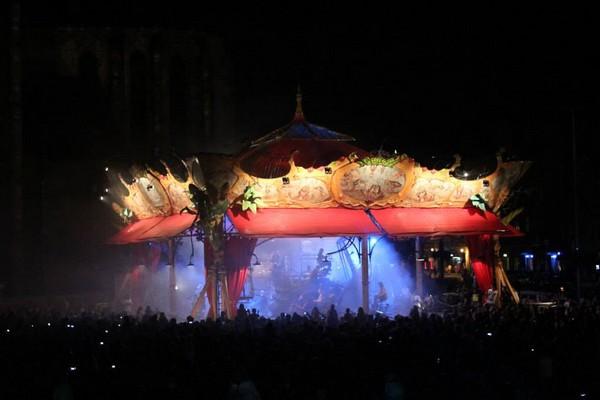 Le manège Sénart, l'un des plus grands du monde a été dessiné par l'artiste français François Delarozière, décore la place principale de Plzeň et a ainsi entamé la transformation de la ville en Capitale européenne de la culture 2015. (Crédit photo www.plzen2015.cz/en)