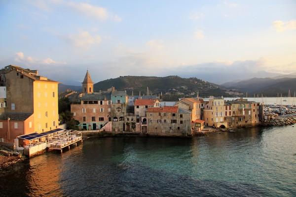 C'est en arrivant par le col de San Stefano que l'un des plus jolis ports de plaisance Corse révèle ses trésors à Saint Florent  ( ©sylvain alessandri.)
