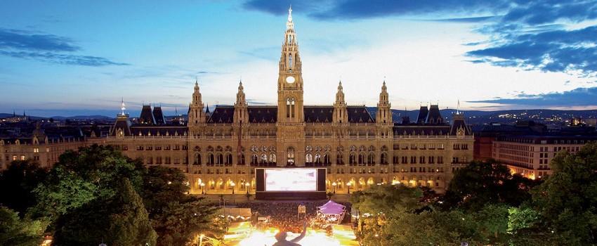 De nombreux  évènements artistiques se déroulent sur la célèbre place Rathausplatz-à Vienne. (Autriche) ( © DR)