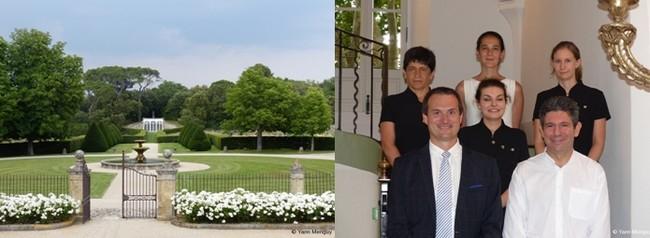 La porte du domaine de la Villa Beaulieu s'ouvre sur la magnifique orangerie où sont parfois servi les repas (Crédit photo Yann Menguy); La directrice de la Villa Beaulieu Bérengère Guérant (première en haut des marches) entourée de toute son équipe (Crédit photos Yann Menguy)