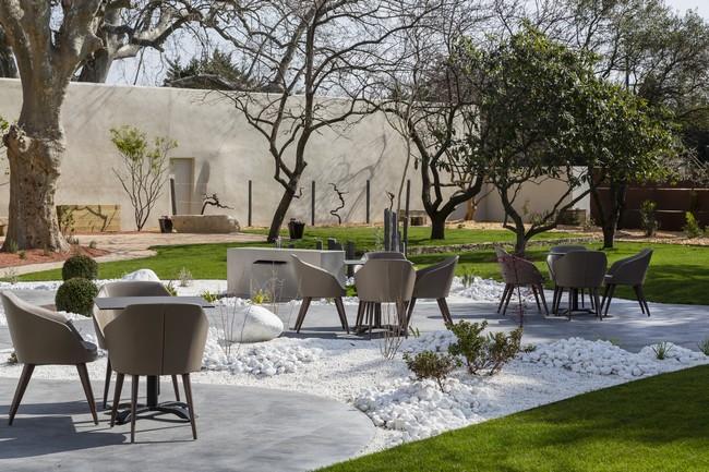 Au Mas de Boudan, le restaurant gastronomique de Jérôme Nutile il est bon de s'abandonner dans la douceur d'un jardin ombragé, bercé par le murmure d'une fontaine.©PCros