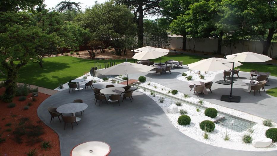 """Après l'ouverture d'un bistrot (le Bistr'AU) en décembre, le chef a inauguré en mars son restaurant gastronomique """" Le Mas de Boudan"""" à Nîmes,avec ses 11 tables et sa terrasse ensoleillée.©PCros"""