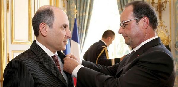 Akbar Al-Baker, le PDG de QatarAirways, promu Officier de la Légion d'Honneur par François Hollande lors d'une cérémonie qui s'est tenue dans les Salons de  l'Elysée. (Crédit photo DR)