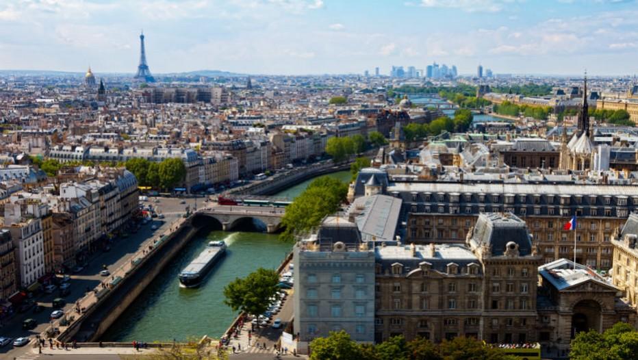 Vue aérienne sur Paris,la Seine, ses berges, ses péniches et au loin et à gauche la Tour Eiffel, plus loin au fond à droite on devine les tours du quartier de la Défense.   (Crédit photo Tourisme Ile de France)