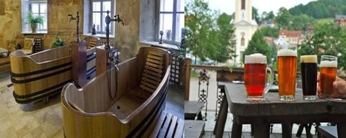 Le thermalisme et l'art de la bière à  Štramberk,dont l'attraction principale consiste à se plonger dans un bain à 35-40°C qui contient des ingrédients de levure de bière et de plantes rares,  ( © www.czechtourism.com/fr)  tout en dégustant au passage une bonne mousse légère la Trubac  © Les baroudeurs.com