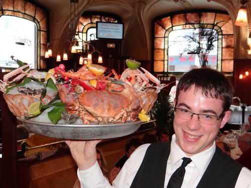 À l'Excelsior, le service est assuré dans la pure tradition des brasseries parisiennes..©  Bertrand Munier