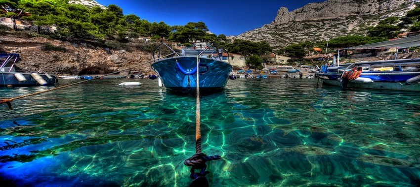 Martigues et l'une des criques où l'eau est transparente et le ciel éternellement bleu. © DR