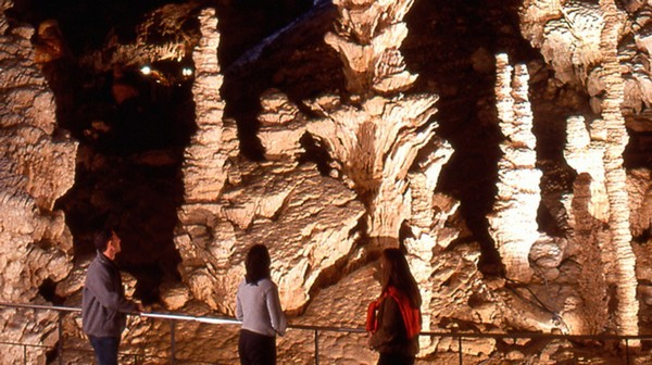 L'aven d'Orgnac, un site unique. Stalagmites, stalactites, concrétions en forme de cierges, de draperies, d'orgues multicolores se sont formés pendant des millions d'années.  © DR