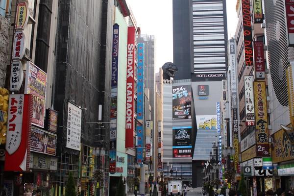 Hotel Gracery Shinjuku Au centre de Shinjuku, à quelques minutes à pied de la gare, l'hôtel s'est installé dans les  22 derniers niveaux du Toho building, bâtiment de 30 étages qui domine ce quartier très vivant de l'ouest de la capitale nippone. (Crédit photo Mathis Cros)