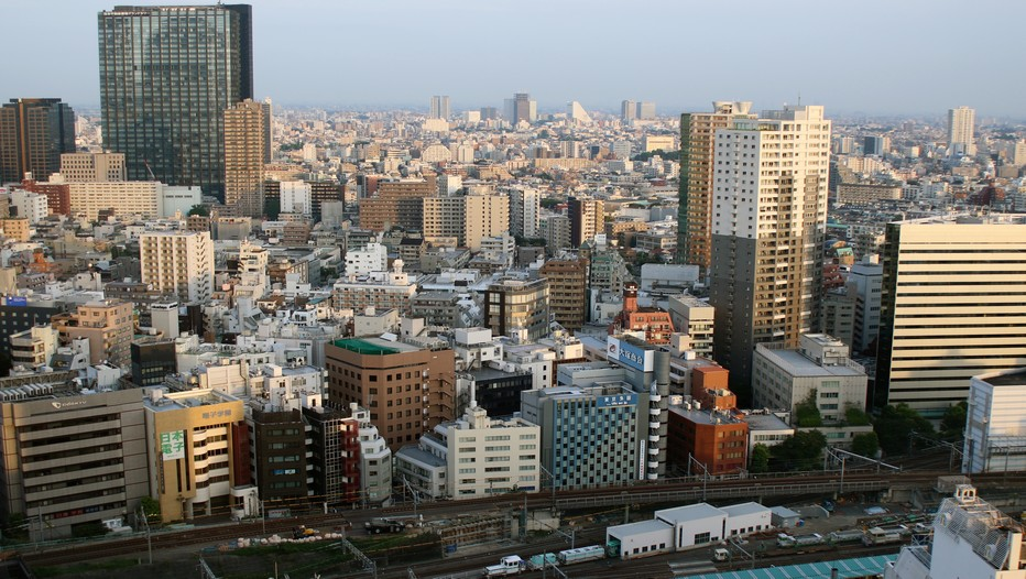 Tokyo (Japon).  Quatre ans après le tsunami et la catastrophe de Fukushima, l'Empire du soleil levant  brille à nouveau sur le marché du *tourisme  avec un objectif  de taille : attirer 20 millions de visiteurs en 2020, année des JO de Tokyo. Coup de projecteur sur une extraordinaire mégapole de plus de 13 millions d'habitants. (Crédit photo Mathis Cros)