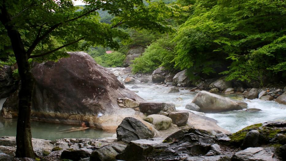 La rivière Takahara s'écoule avec majesté le long de la vallée d'Okuhida, à 45 kilomètres du centre de Takayama.  Quelques stations de ski et de nombreuses sources d'eau chaude d'origine volcanique ont rendu célèbre cette région sauvage du Japon dont les forêts abritent encore des ours et des singes. (Crédit photo Mathis Cros)