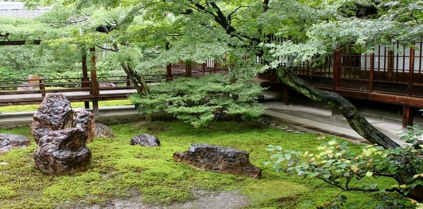 le temple Kennin-ji  et ses jardins qui mettent en scène sable blanc, mousse et rochers. © Mathis Cros