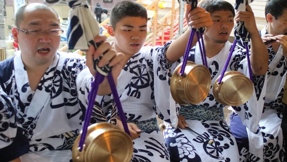 Musiciens traditionnels lors de l'évènement majeur des festivités japonaises : le Gion Matsuri, l'un des trois plus célèbres festivals du Japon avec le Tenjin Matsuri et le Kanda matsuri. © Mathis Cros