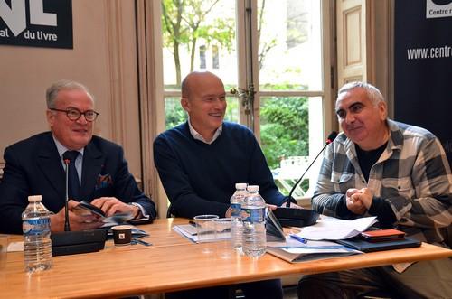 De gauche à droite : Christian Pierret le président-fondateur du FIG, Gilles Fumey, professeur à l'université Paris-IV et à Sciences Po et président de l'Association pour le Développement du Festival International de Géographie (ADFIG),  l'auteur de romans policiers Tonino Benacquista. (Crédit photo David Raynal)